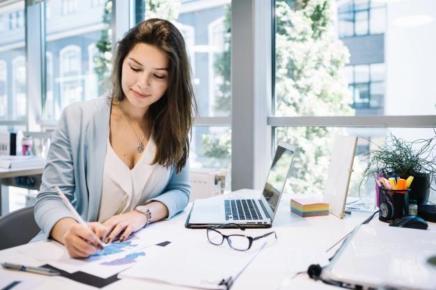 mujer-alegre-escribiendo-en-documentos_23-2147669364